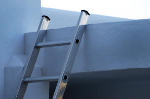 How to Choose between Fiberglass, Wood and Aluminum Ladders